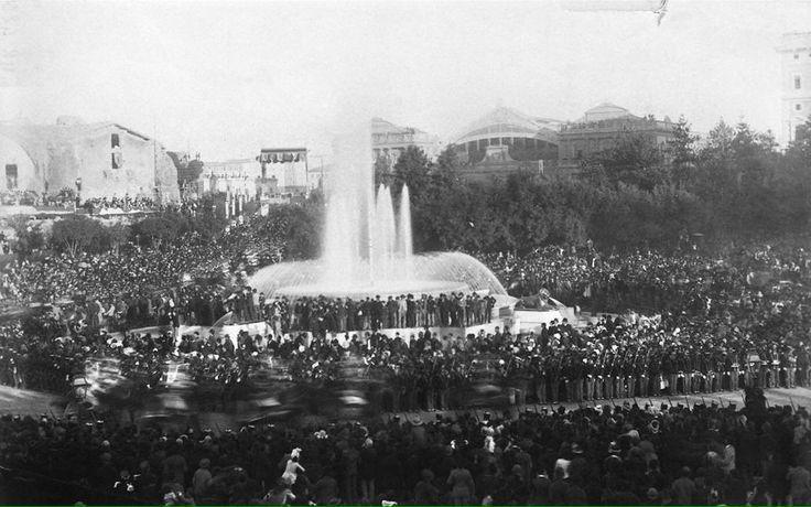 Piazza della Repubblica (1896) La fontana ancora senza le Naiadi e sullo sfondo la vecchia stazione Termini.