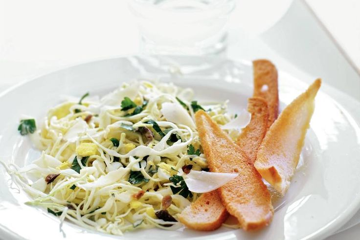 Kijk wat een lekker recept ik heb gevonden op Allerhande! Wittekoolsalade met ansjovisdressing