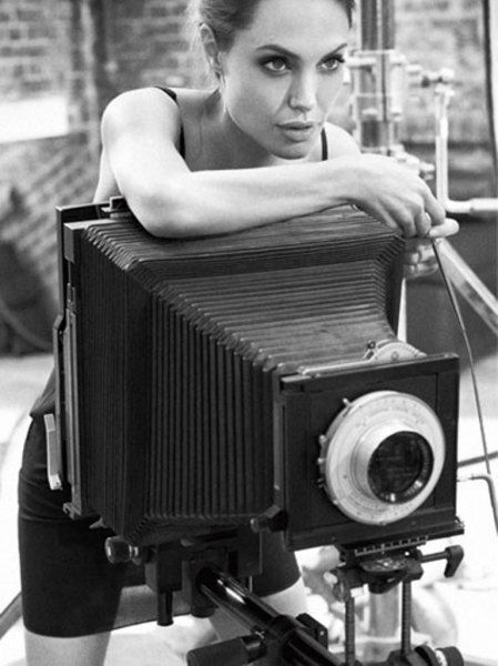Brad Pitt with a Leica M3 Celebrities are always having their photo taken. Whether it's during an in-studio photo shoot or while they are simply eating lunch at the local deli, the paparazzi will find them! Sometimes the art form of photography is forgotten in the fast-paced race to expose celebs in their most intimate moments. However, in this Celebrity Camera Club's collection of Famous Folks Taking Photos, celebrities are taking matters into their own hands. Every photo in the collection…