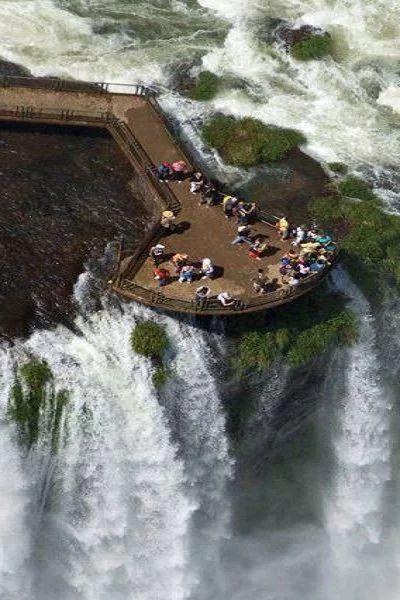 Iguazu Falls are waterfalls of the Iguazu River on the border of the Argentine province of Misiones and the Brazilian state of Paraná. The Iguazu River forms the boundary between Argentina and Brazil ~ Iguazu-vízesések az Iguazu-folyó argentin Misiones tartomány és a brazil Paraná állam határán találhatók. Az Iguazu folyó a határvonalat képez Argentína és Brazília között.