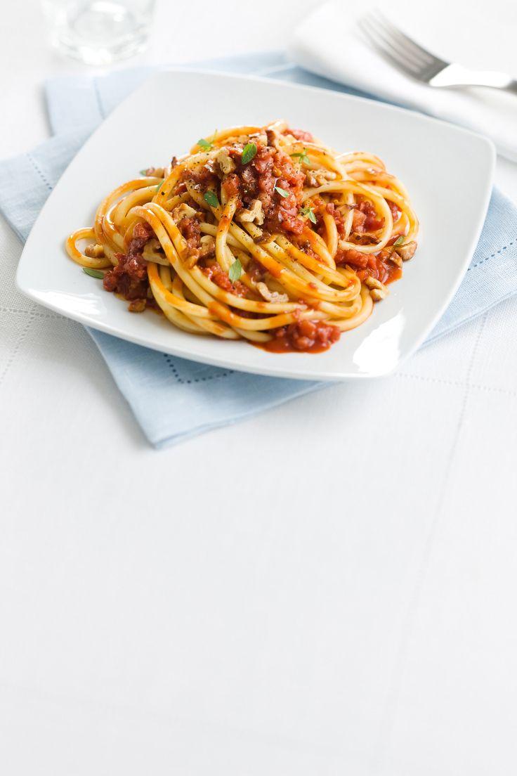 Leggi la ricetta di Sale&Pepe per preparare dei saporiti bucatini con ragù di cotechino e noci: segui tutti i passaggi e porta in tavola un primo piatto davvero ricco.