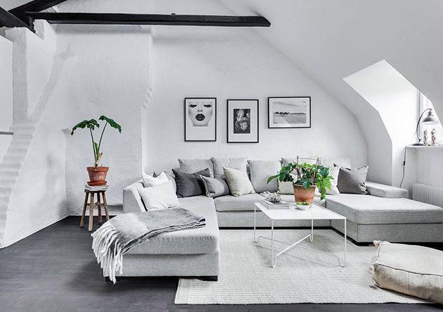 Birger Jarlsgatan 102B Välkomna till denna stilrena vindsvåning med attraktivt läge och närhet till allt vad stan har att erbjuda. Fantastisk våning med öppen planlösning, mörkbetsade takbjälkar, takfönster med eldrivna persienner, hög takhöjd, takkupor, vita väggar och mörkbetsat trägolv.   #Östermalm