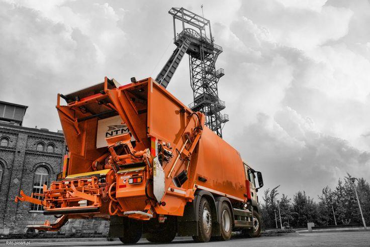 NTM KG2B dwa rodzaje odpadów jedną śmieciarką. Lewa strona przeznaczona jest do jednorazowego załadunku pojemników od 110 do 360 litrów lub kontenerów 660 do 1100 a prawa do koszy od 110 do 360 litrów. Dwa urządzenia zasypowe mogą pracować niezależnie a odpady trafiają do odseparowanych od siebie komór. Model NTM KG-2B ma także osobne płyty prasujące w odwłoku i wypychowe w podzielonym na dwie części zbiorniku 70/30 co pozwala na zbiórkę i wyładunek różnych frakcji.