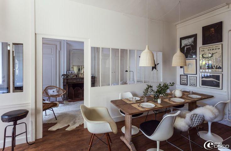 Table de bistro en bois, chaises Harry Bertoia avec une peau de mouton 'Ikea' et chaises Tulipe de Eero Saarinen chinées aux Puces du Canal à Villeurbanne
