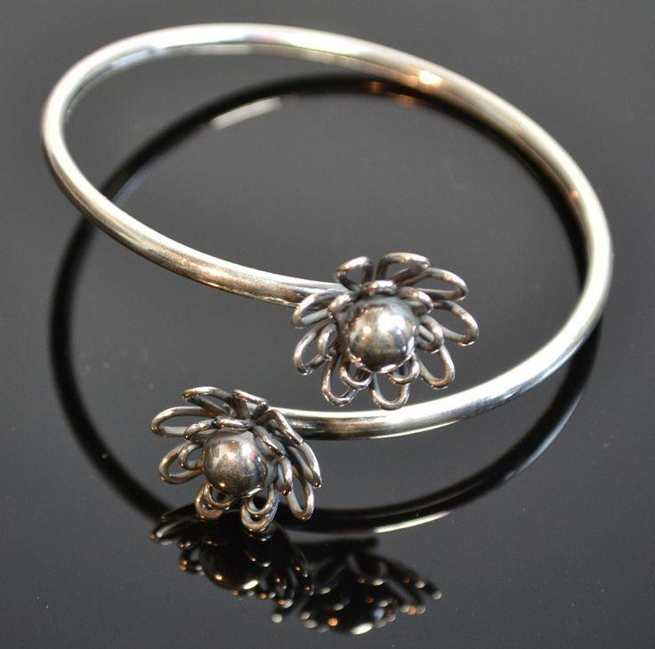 Elegante handgemaakte zilveren armband spang met twee prachtige bloemen. Prijs 58 €   Gratis verzending in Nederland!  Hier kunt u direct kopen http://www.dczilverjuwelier.nl/zilveren-armbanden/bloem .