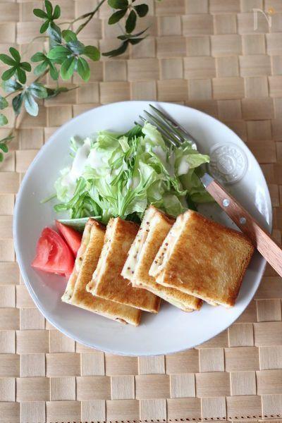 あつあつのチーズと粒マスタードがきいたホットサンド。    フライパンで簡単に作れます。