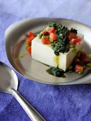 【ELLE a table】インド風冷奴 コリアンダーとミント、しょうがのチャツネ添えレシピ|絹豆腐200g コリアンダー1/カップ ミント1/4カップ しょうが1/2片 塩適量