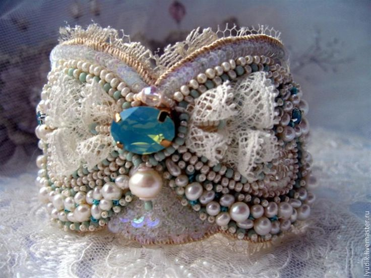 Купить или заказать браслет'БР13-001' в интернет-магазине на Ярмарке Мастеров. браслет вышит на натуральном шёлке.В работе кристалл Сваровски,на…