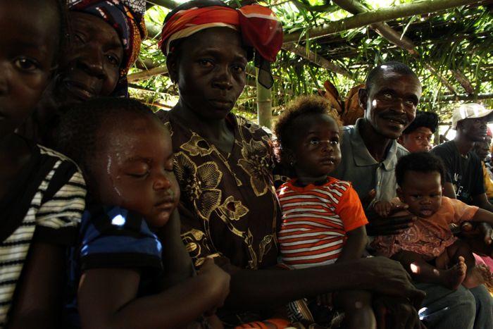 Szczepienia poprzedza krótka prelekcja na temat właściwej opieki nad dzieckiem. Jak widać na zdjęciu – była okazją do drzemki dla niektórych maluszków. www.unicef.pl/pomagam © UNICEF/Z.Dulska