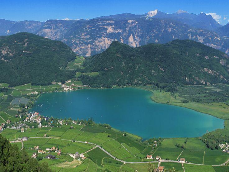 Bom dia! Lago de Caldaro fica ao sul do Tirol do Sul, rodeado de vinhedos e belas cidadezinhas. É muito amado não só por turistas, mas também por moradores locais, que apreciam o clima ameno, que os convida para tomar sol ou se refrescarem no lago ou em uma das piscinas das proximidades. Para as crianças o lago de Caldaro oferece um parque infantil e um grande gramado para jogar. Nossa dica: se durante o inverno o lago congela, recomendamos passar um dia com os patins sobre o lago congelado.