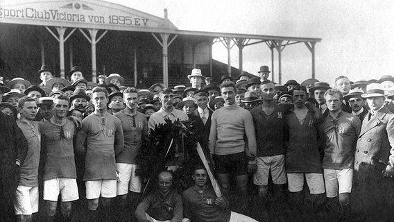 Holstein Kiels Meisterelf von 1912: H. Fick, Bork, Möller, Krogmann, Zinke, Werner, Binder, Dehning, W. Fick (stehend von links), Reese, Hom...