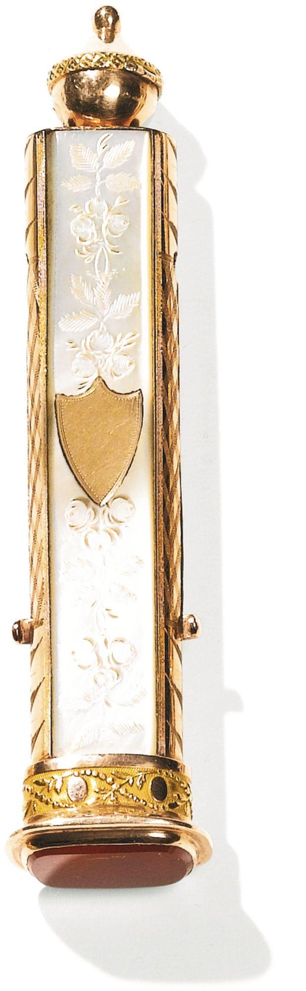 Petit étui à écriture en or de deux couleurs, nacre et cornaline, Paris, vers 1815  A SMALL TWO-COLOUR GOLD, MOTHER-OF-PEARL AND CORNELIAN WRITING NECESSAIRE WITH IMPLEMENTS, PARIS, CIRCA 1815