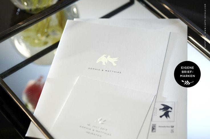Purer Luxus. Gold geprägte Turteltauben und eine passende eigene Briefmarke. Die perfekt abgestimmte Hochzeitseinladung von Carte Royale.