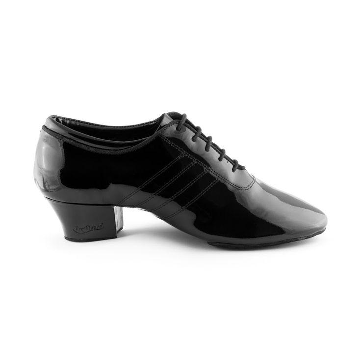 Superflot dansesko latin til herrer. Modellen PD008 Premium er fra PortDance og er fremstillet i sort læder med lak. Findes hos Nordic Dance Shoes: http://www.nordicdanceshoes.dk/portdance-pd008-premium-sort-lak-dansesko#utm_source=pin