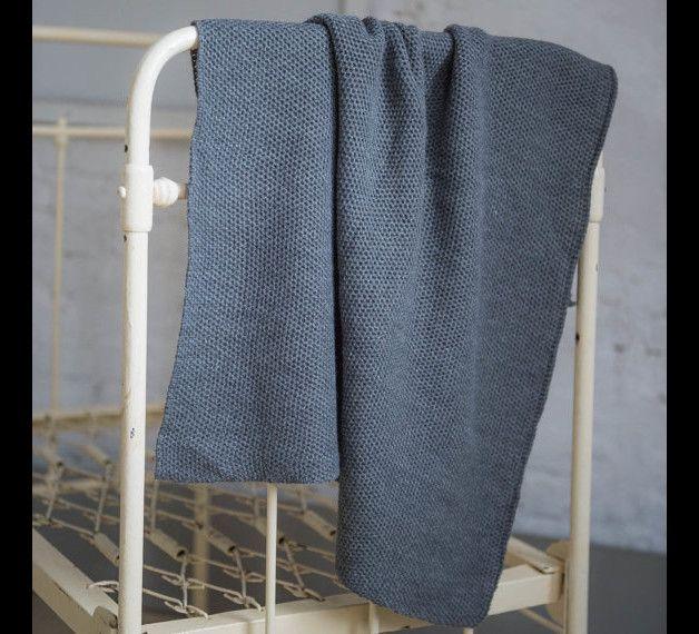 *Ein wunderbares Geschenk zur Geburt, ein lieber Begleiter durch die ganze Babyzeit - das Deckchen aus extra feiner, kuscheliger Merinowolle oder Baumwolle, in schlichtem Muster kreiert. So...