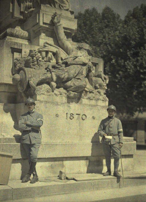 I died in hell – They called it Passchendaele French soldiers posing in front of the monument commemorating the Franco-Prussian War of 1870. Soissons, 1917.