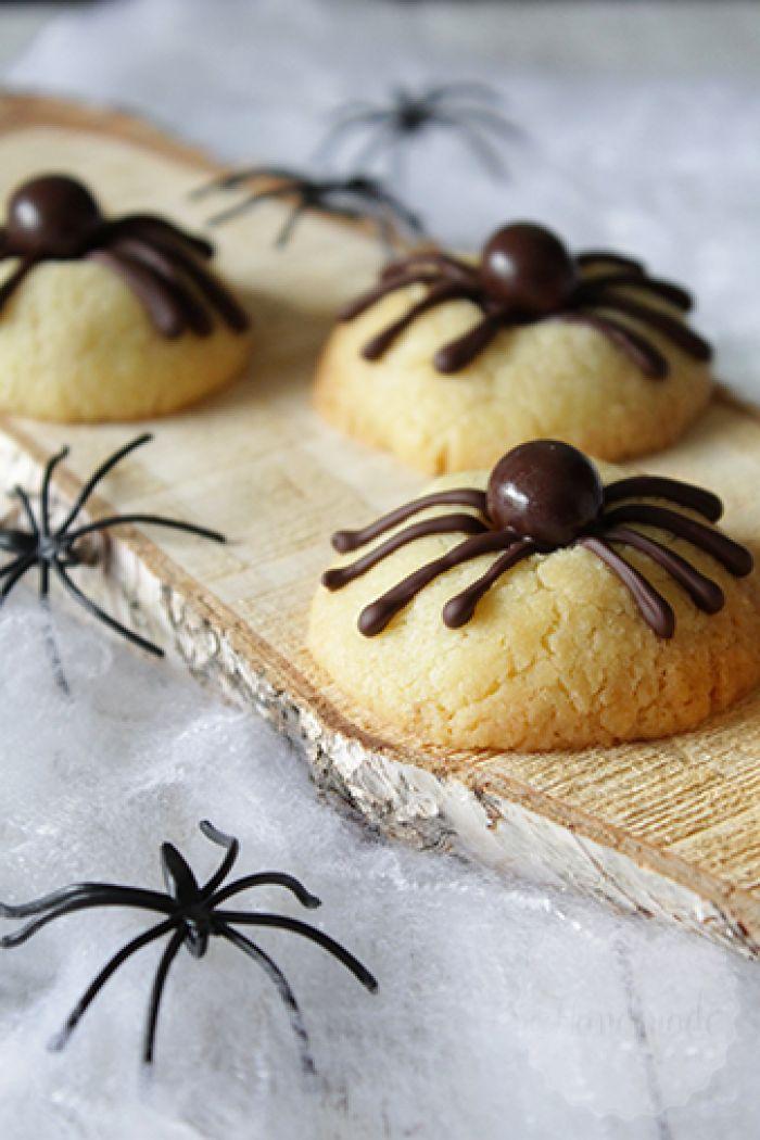 Schattig en toch eng! Deze spinnen koekjes zijn makkelijk te maken voor Halloween, of een kinderfeestje natuurlijk!