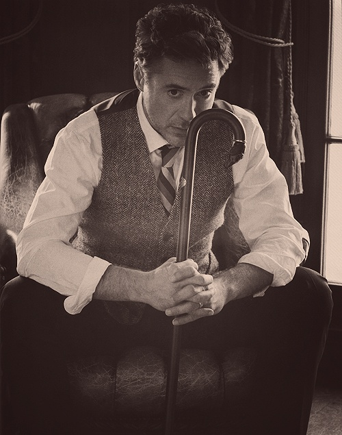 Robert Downey, Jr.  I swear, this man always knows how to dress to tickle my fancy. ;)