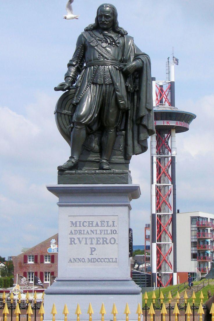 Het Keizersbolwerk, een stenen bastion uit 1548 met het havenlicht en het standbeeld van Michiel de Ruyter werd genoemd naar keizer Karel V. Het werd in de Franse tijd (1795 – 1813) uitgebreid, versterkt en van een onderaardse bomvrije gang voorzien. Het bekende standbeeld van de admiraal werd in 1841 gegoten door L. Royer.