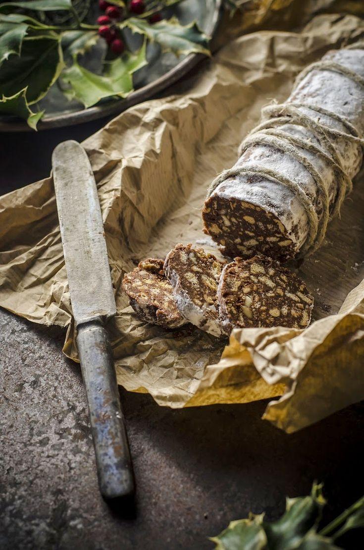 Non inganna un po' al primo sguardo questo salame di cioccolato? Una volta pronto cospargetelo qua e là di zucchero a velo e avvolgetelo con dello spago per arrosti. Questo classico, che tutti abbiamo preparato...Read The Post
