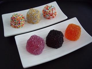 Gominolas caseras 2 sobres de gelatina en polvo (neutra) 200 gr. de agua 300 gr.de azúcar 1 sobre de gelatina en polvo con sabor (en este caso, fresa) aceite de girasol (para engrasar los moldes) azúcar (para rebozar)