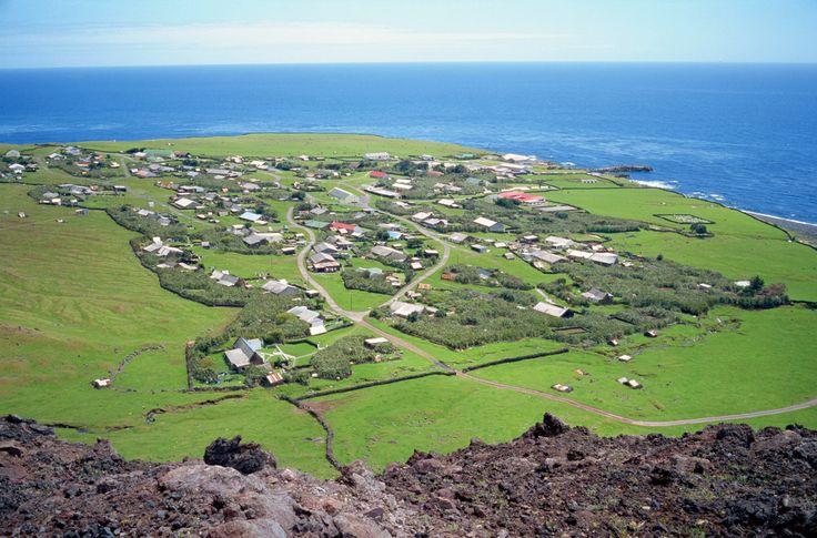 На полпути между Южной Африкой и Уругваем находится остров Тристан де Кунья (Британские заморские территории), который на карте можно и не заметить. По переписи населения на май 2015 там проживает 268 жителей. На острове всего 9 фамилий.