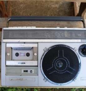 Rádio e Toca Fitas Antigo Sharp.