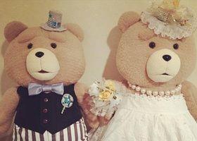世界一ダメなテディベア。でも、世界一愛されるテディベア『TED (テッド)』♡テッドにドレスとタキシードを着せて、ウェディングドールになってもらいましょう♩