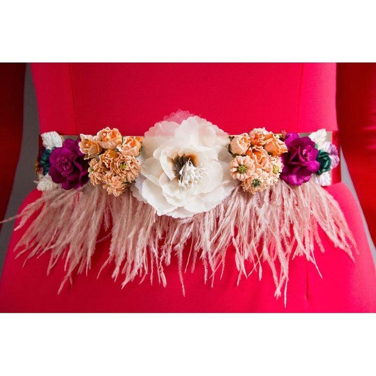 Cinturon de flores multicolor con plumas de marabu y base dorada