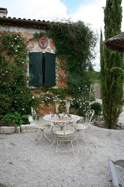 Some day, I want to buy a villa in Tuscany and have a beautifully quaint little patio like this one :)Backyards Vision, Cottages Gravel Gardens, France Country House, Gardens Dining, Country French Green, Southern France, French Antiques, Italian Gardens, French Country Gardens