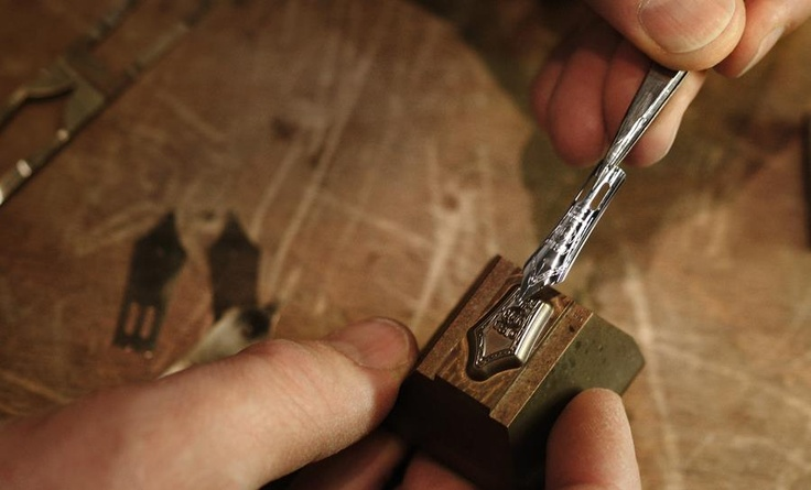 8. The nib specialist crafts the heart of the unique instrument in more than 30 individual work steps.