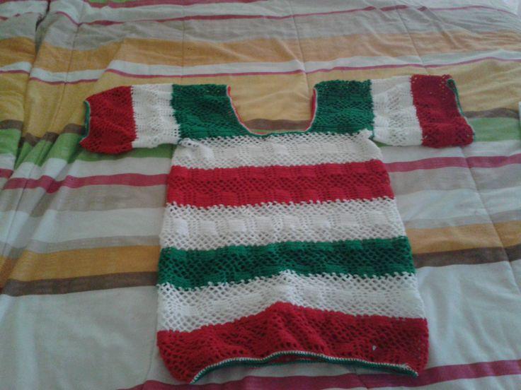 A esta labor tejida le llamé blusa mexicana, ya que la realicé con los colores de la bandera mexicana, verde, rojo y blanco, se puede usar para cualquier fecha nacional ya que está realizada en hilo de seda.