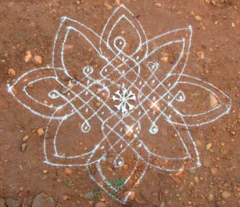 Diseño de rangoli simple dibujado con polvo de arroz en la tierra