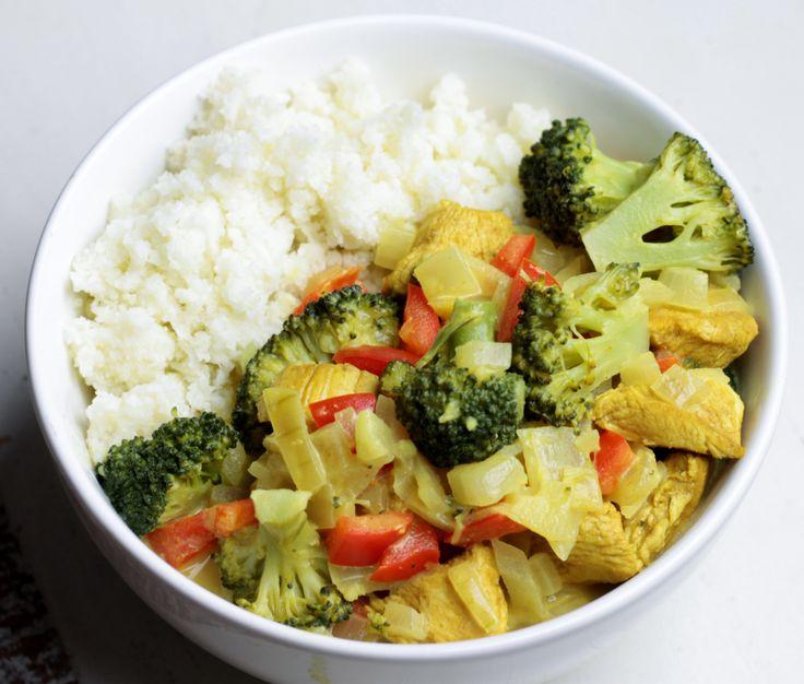 Super gezonde maaltijd; Kip-Groente Curry met Bloemkoolrijst, lees verder voor het volledige recept...