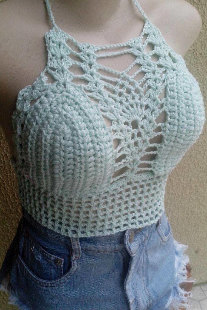 Cropped frente única cruzado nas costas com decote trabalho abacaxi, com bojo. 100% feito a mão em malha de algodão.