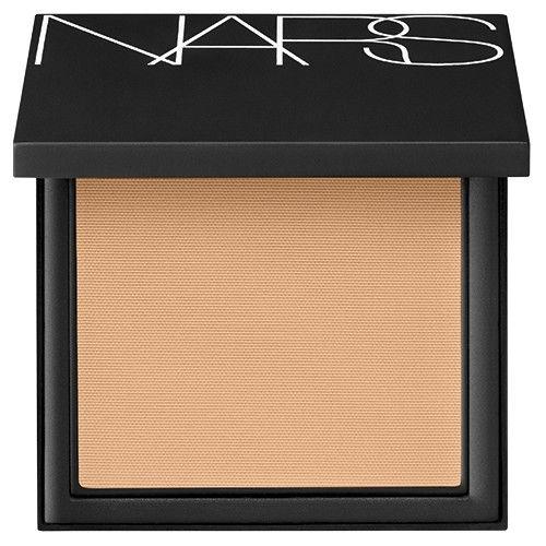 Pó-base All Day Luminous Powder Foundation All Day Luminous Powder Foundation da Nars (cor Medium 1.5 Vallauris)