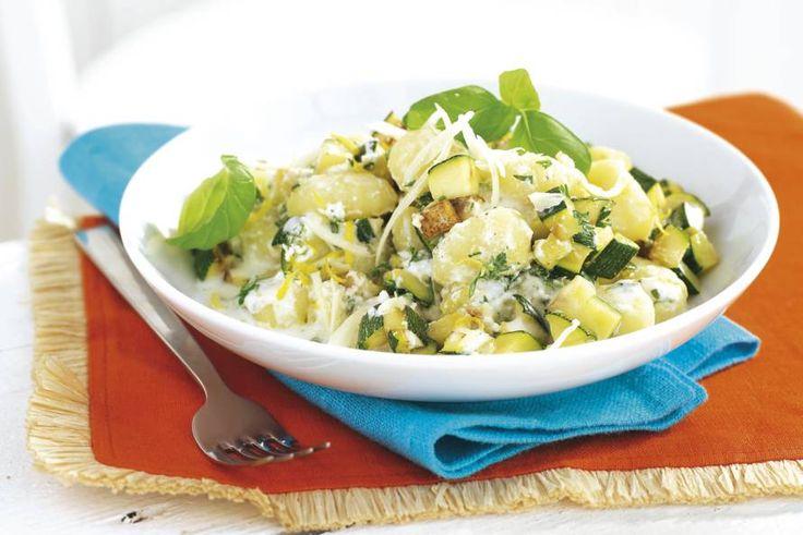 Alsof je op een zonnig Italiaans terrasje zit: gnocchi met frisse citroen, verse kruiden en twee soorten kaas - Recept - Allerhande