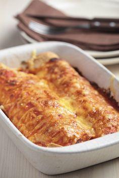 Mexicaans of niet: dit recept voor enchilada's uit de oven is niet te versmaden! Daarnaast is het ontzettend makkelijk om te maken én is het erg vriendelijk voor je portemonnee. Daar houden wij van! Verwarm je oven voor op 200 graden. Snipper de ui en bak deze in een koekenpan in een scheut olijfolie. Voeg …