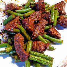 Biefstuk leent zich prima voor een marinade. In dit recept is de biefstuk gemarineerd in Oosterse smaken en dat combineert goed met sperziebonen en rijst.
