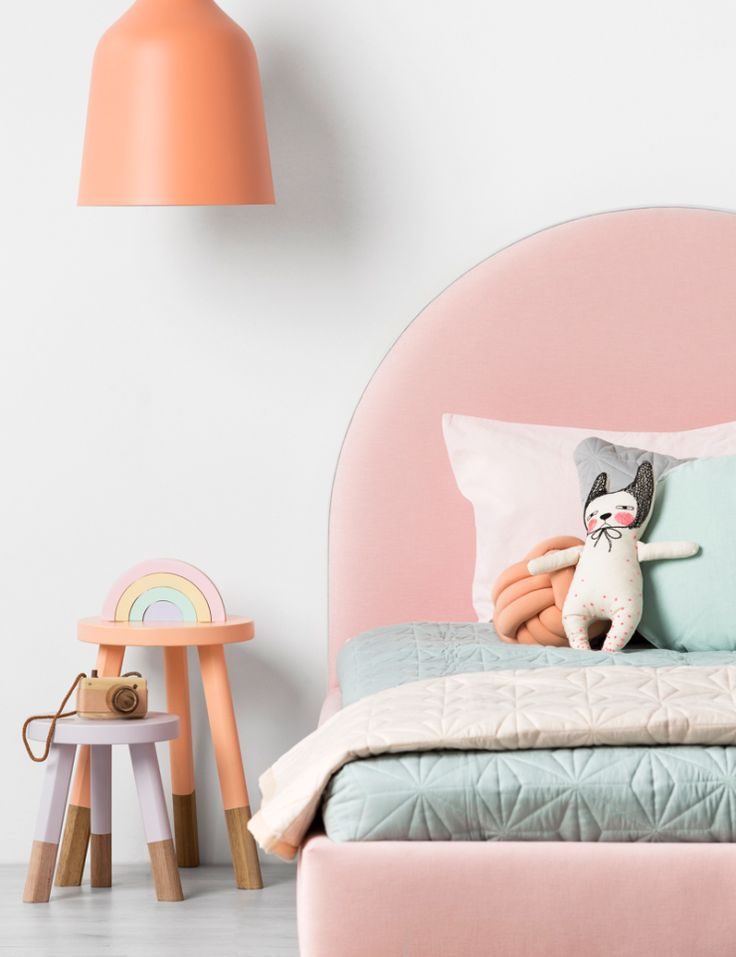 Dé oplossing als je dochter een regenboog in haar kamer wilt en je niet van felle kleuren houdt.  Crescent Bed Girls - Main 153.png