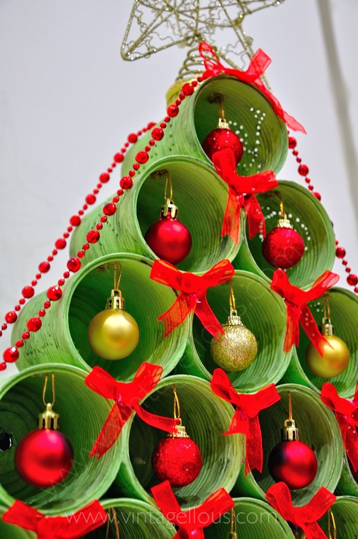 Christmas Tree made with recycled cans. Árbol de Navidad realizado con latas recicladas.