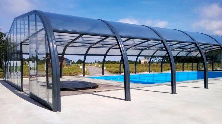 """Abri haut de piscine fixe posé au parc résidentiel de loisirs """"Le domaine du Téno"""" à Marzan."""