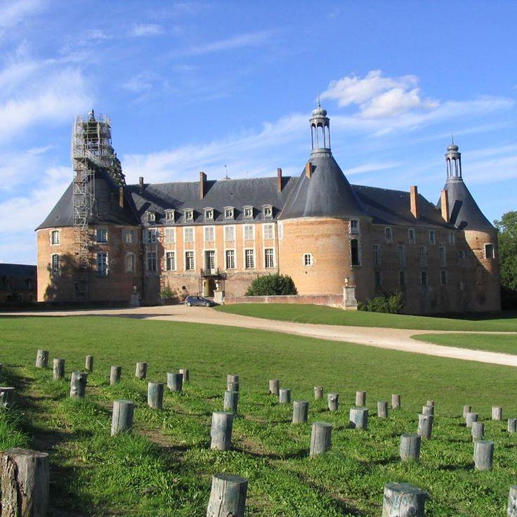 Le château de Saint Fargeau, dont les origines remontent au X°s, a été reconstruit au milieu du 15°s. Les grosses tours de son enceinte sont typiques de cette époque où l'on tente de parer la puissance montante des canons. Au 17°s le château reçoit d'importants remaniements qui le transforme en résidence classique sans toutefois faire disparaître son aspect militaire