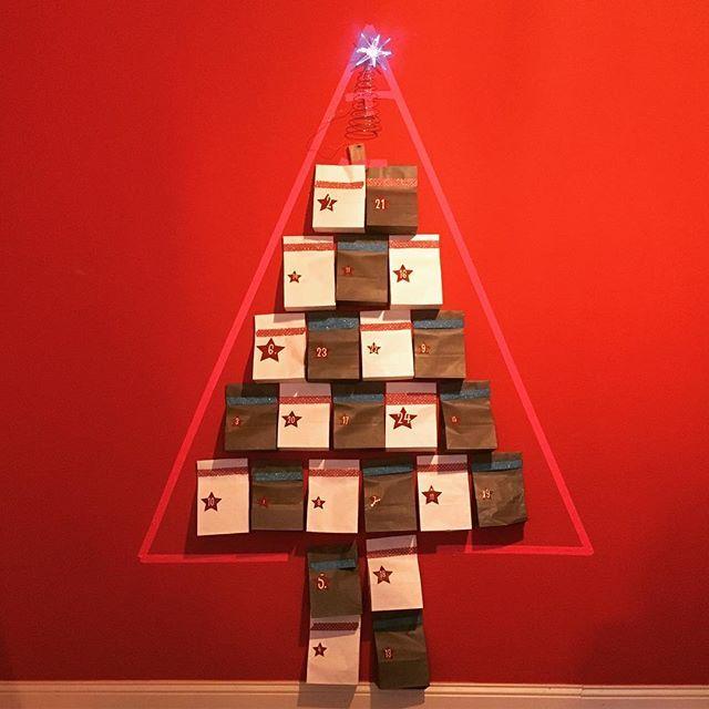 So, Totensonntag ist durch. Höchste Zeit also den Karton mit der Weihnachstdeko vom Boden zu holen. Dieses Jahr zäume ich das Pferd mal von hinten auf und kümmere mich zuerst um den Tannenbaum. Naja, fast. Der #Adventskalender ist in diesem Jahr ein Tannenbaum aus kleinen Tütchen. Die Inspiration und das Material habe ich vom @tesa_diy-Team anlässlich der @blogst_ bekommen. Vielen Dank! Es macht sich ganz hervorragend an der großen, roten Wand. Wie sehen eure Adventskalender dieses Jahr…