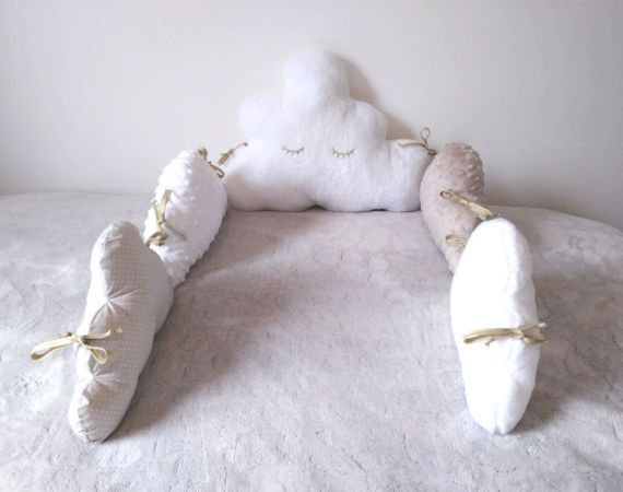 On order: Beige and white cloud curb. Mixed baby bedding.  The Lilye & Co cloud towers are custom made in the fabrics of your choice.  They are designed for a bed size 60 x 120 cm or 70 x 140 cm. Please contact me for other sizes.  The bedspreads are combined with a sleeping bag, fitted sheets, a mobile ... for a unique and personalized room decoration.  To choose the fabrics that will make your bedbed unique, go to www.lilyeandco.com, in The catalog of fabrics and register your chosen fa...