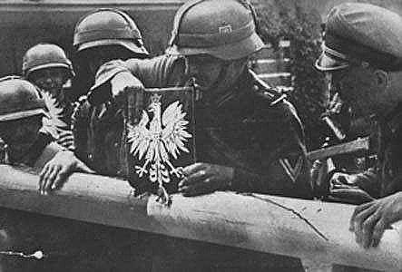 zdjęcie te ukazuje polskich żołnierzy podczas gdy na granicy starali się zerwać polskie godło