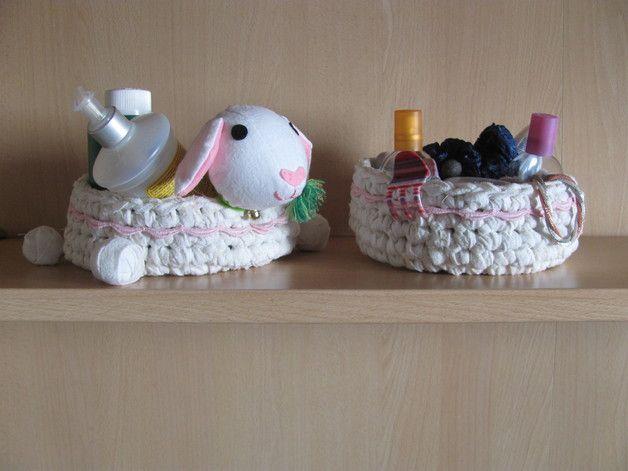 Serve fare un po' di ordine nella stanza dei bambini? Pupazzi di Gioia ha la soluzione più divertente che c'è! Che ne pensate di un cestino-Pecorella? (e anche un secondo in coordinato, perchè sappiamo che uno non basta mai..!)  Questo divertente set di cestini è una splendida idea regalo per la stanza di un bambino, o semplicemente un'idea originale per una casa accogliente.