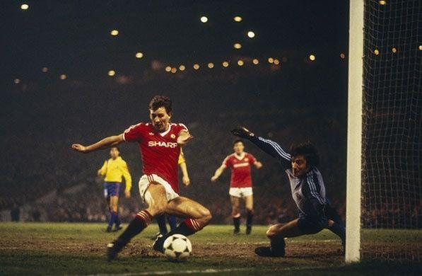 Bryan Robson v FC Barcelona 1984