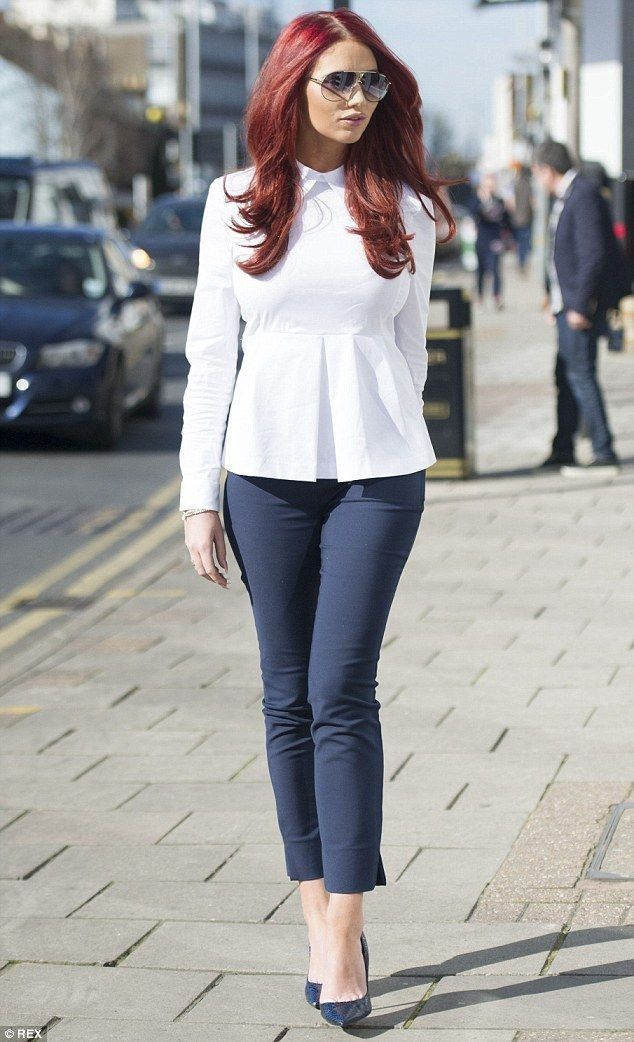 Single Amy Childs flaunts her hourglass figure in skinny jeans - Celebrity Fashion Trends