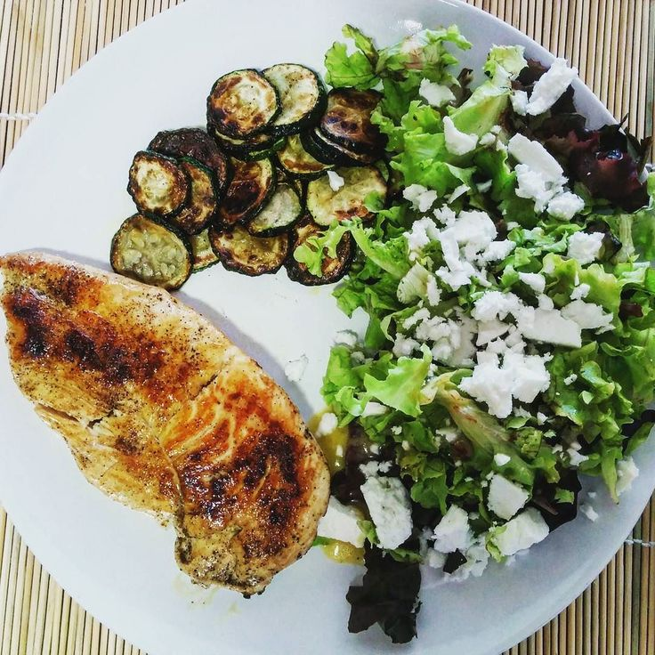 #lunch today is #chickenbreast #zucchini #greensalad with #feta. Bon appétit! #preggo #pregnant #pregnancy #gestationaldiabetes #diet #insulin #diabetic #eatclean #eathealthy #regime #enceinte #grossesse #diabetegestationnel #regimeuse #mangersain #instafood #instadiet by misstaloune